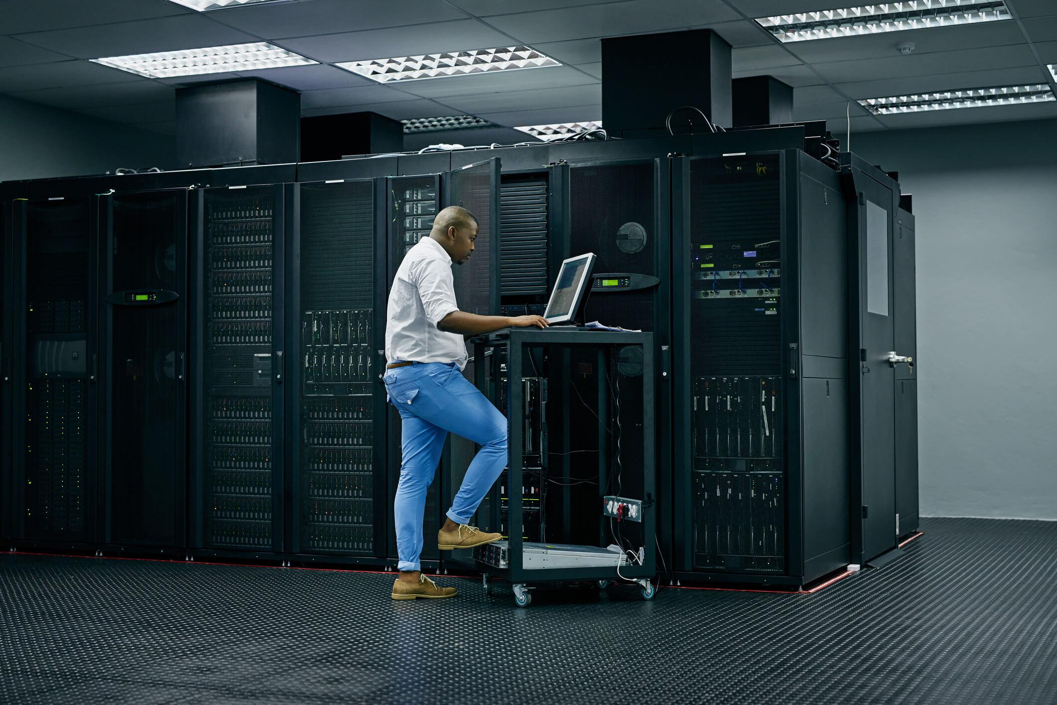 Homem mexendo no Data Center Local
